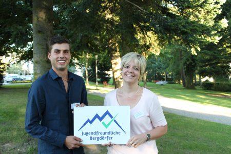 Gemeindepräsidentin der Gemeinde Flühli-Sörenberg, Sabine Wermelinger nimmt das Label von Moreno Donato, Vorsitzender SAB-Jugendforum entgegen.